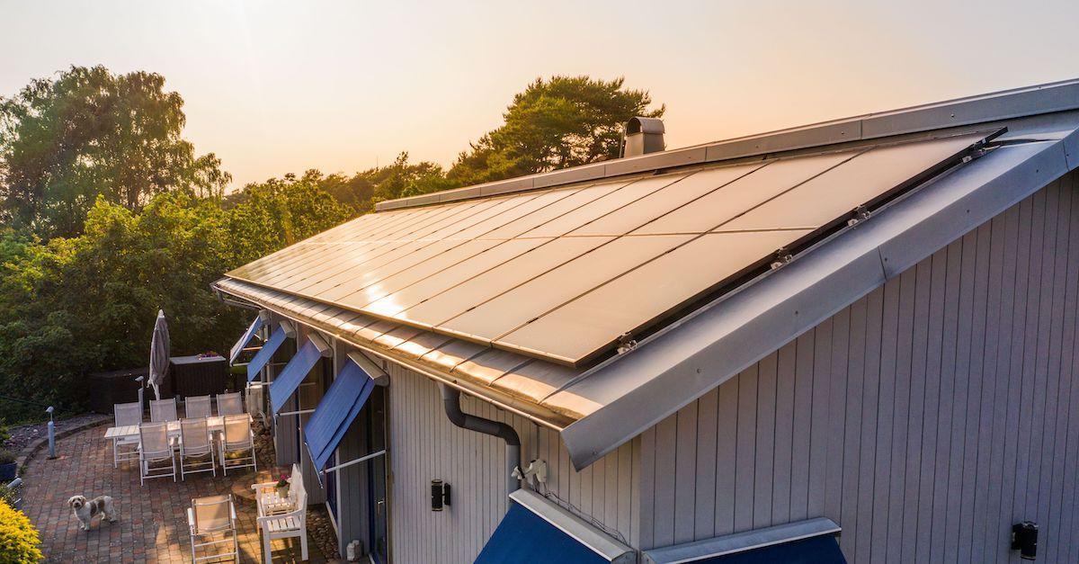 Hvordan får du billigere strøm? Solcellepaneler fra Otovo gir billig strøm i flere tiår.