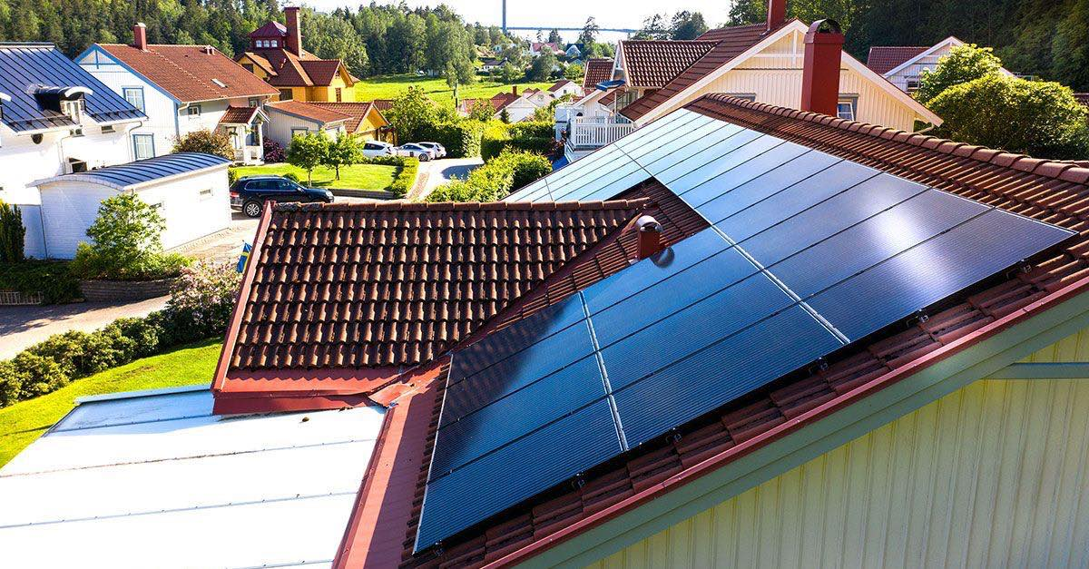 Solceller på tak. Cellene gjør om energien fra sola til elektrisk energi. Solcellene er seriekoblet i panelene.