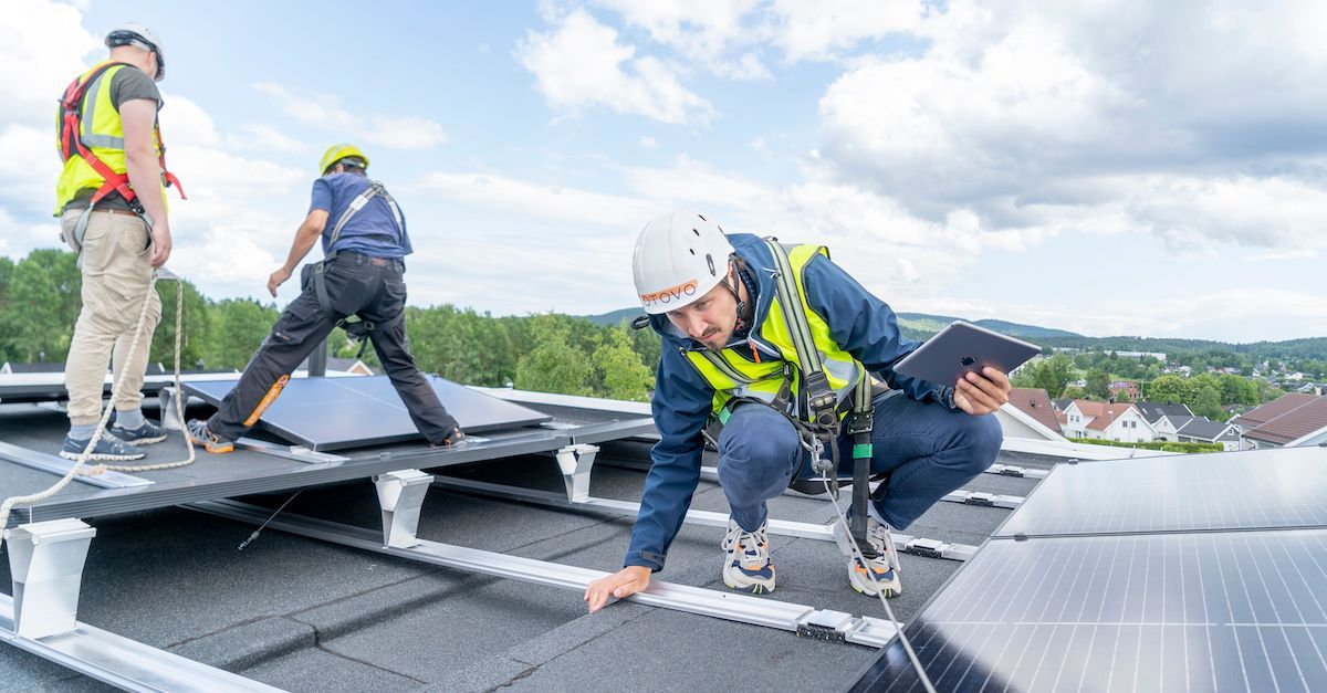 Strøm er dyrt og du kan få billig strøm med solceller på hustaket.