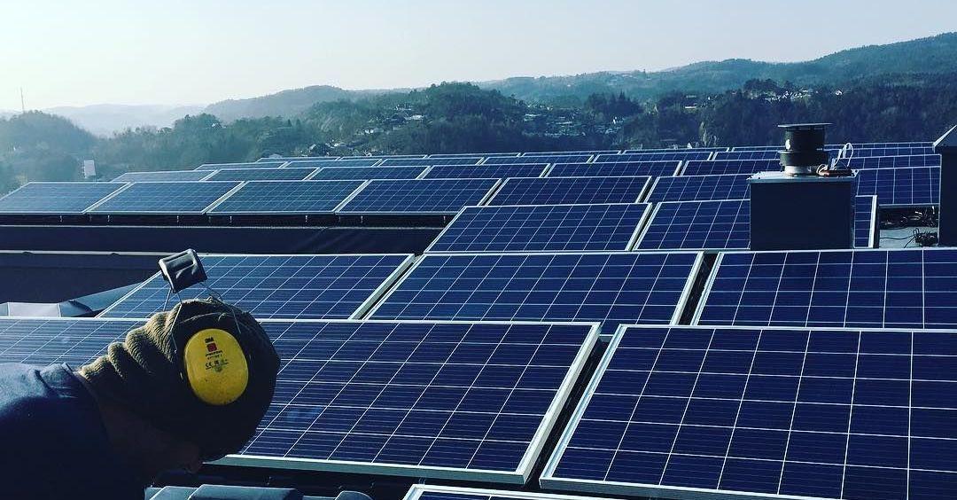 Se hvor mye strøm solcellepaneler kan produsere på ditt tak. Våre installatører har lang erfaring med solceller.