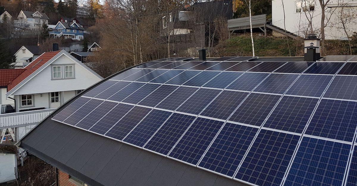 Du kan ha solcellepaneler med buet tak på huset ditt. Her er et bilde av tak med buede paneler.