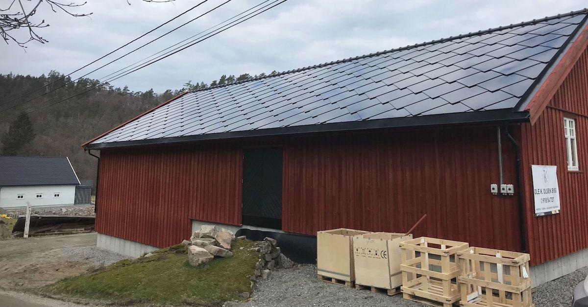 Solcelletakstein på norsk gård. Legg solceller på fjøset eller gården din med solcelletakstein.