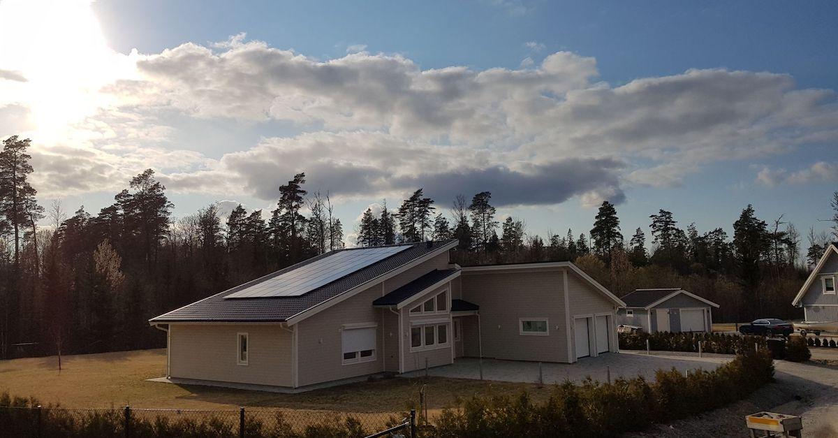 Bildet viser våre premium solcellepaneler på skråtak på en bolig i Sverige.