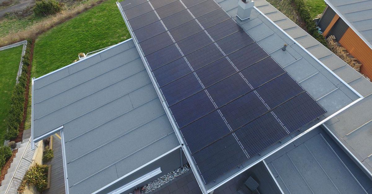Slik ser 33 solcellepaneler ut. Bildet er fra en bolig i Vestfold.
