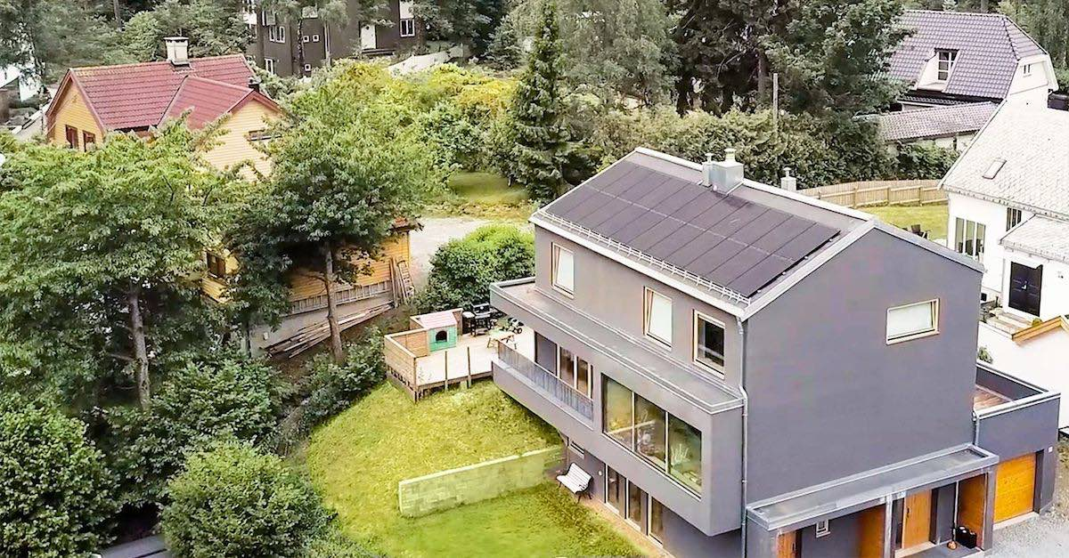 Et hus med solcellepaneler på taket.